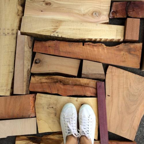 Chutes de bois qui seront travaillées à la main par Claire Elmosnino, ébéniste